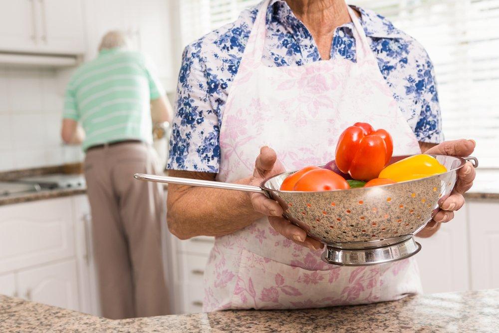 Seniorer som lager mat i sammen