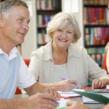 Seniorer som får veiledning