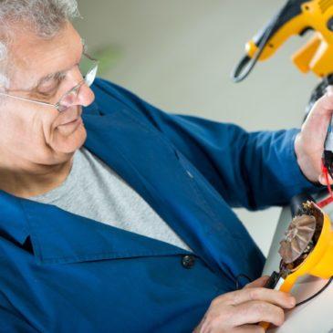 Aldersdiskriminering - en senior som jobber med elektronisk utstyr